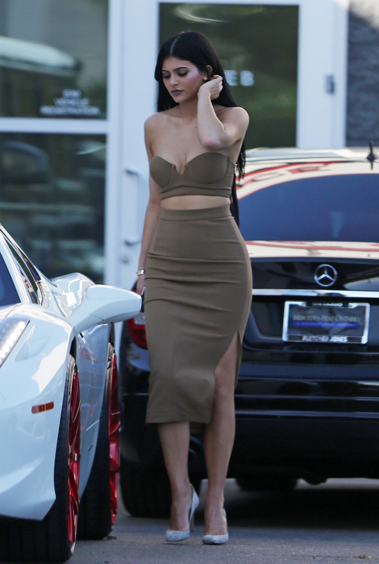 http://celebmafia.com/wp-content/uploads/2015/10/kylie-jenner-style-out-in-woodland-hills-october-2015_11.jpg