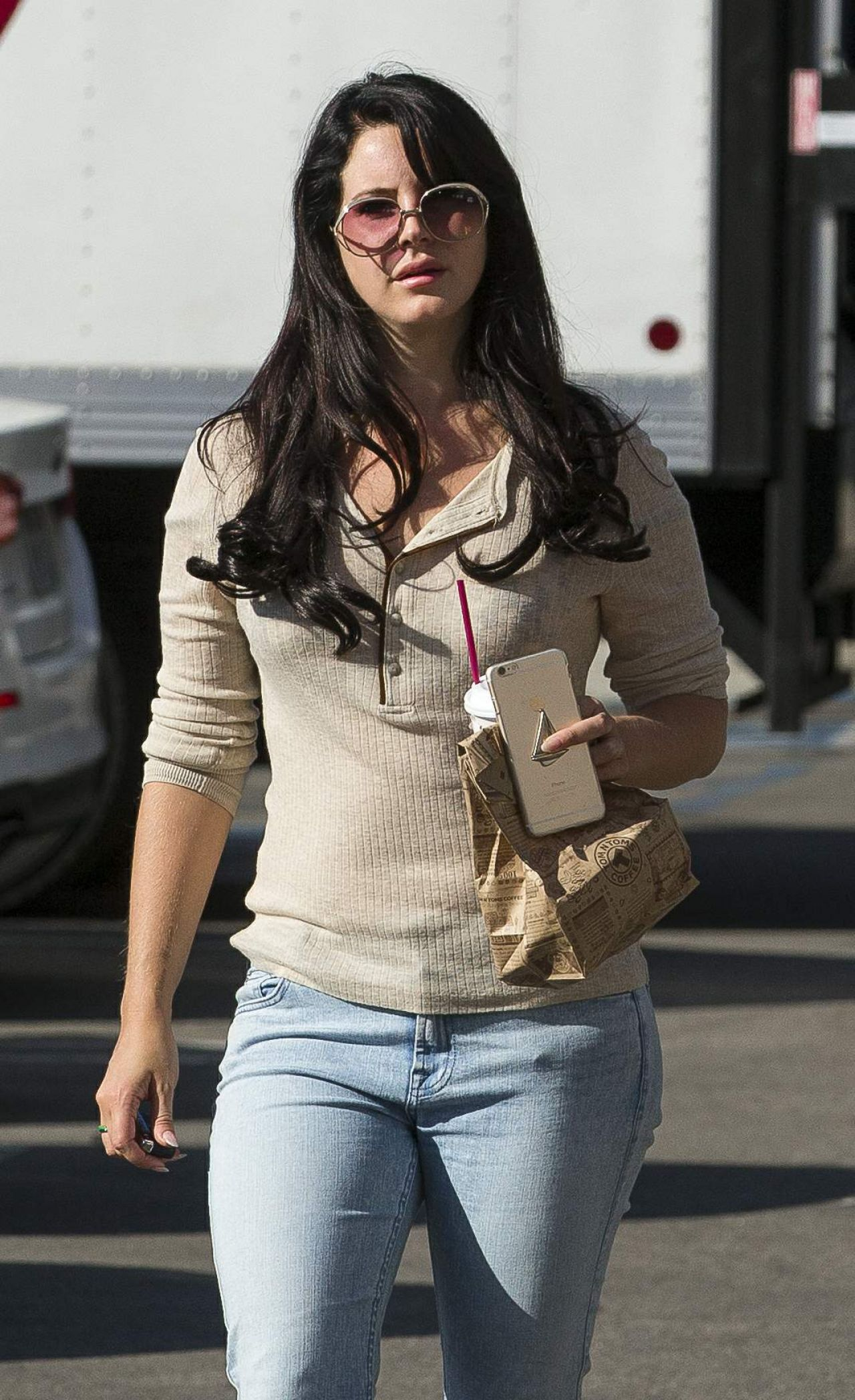 Lana Del Rey Street Style - Stops for Afternoon Coffee in ...