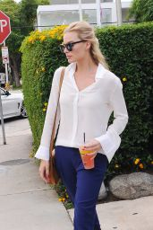 Margot Robbie - Outside Lemonade in West Hollywood, October 2015