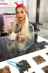 Pia Mia Perez - Archies Fast Food & Shakes in Manchester, October 2015