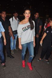 Priyanka Chopra - Makes Her Way to a Waiting Car at Mumbai Airport, October 2015