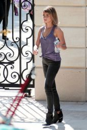Sarah Hyland - On the Set of Modern Family in Los Angeles, October 2015