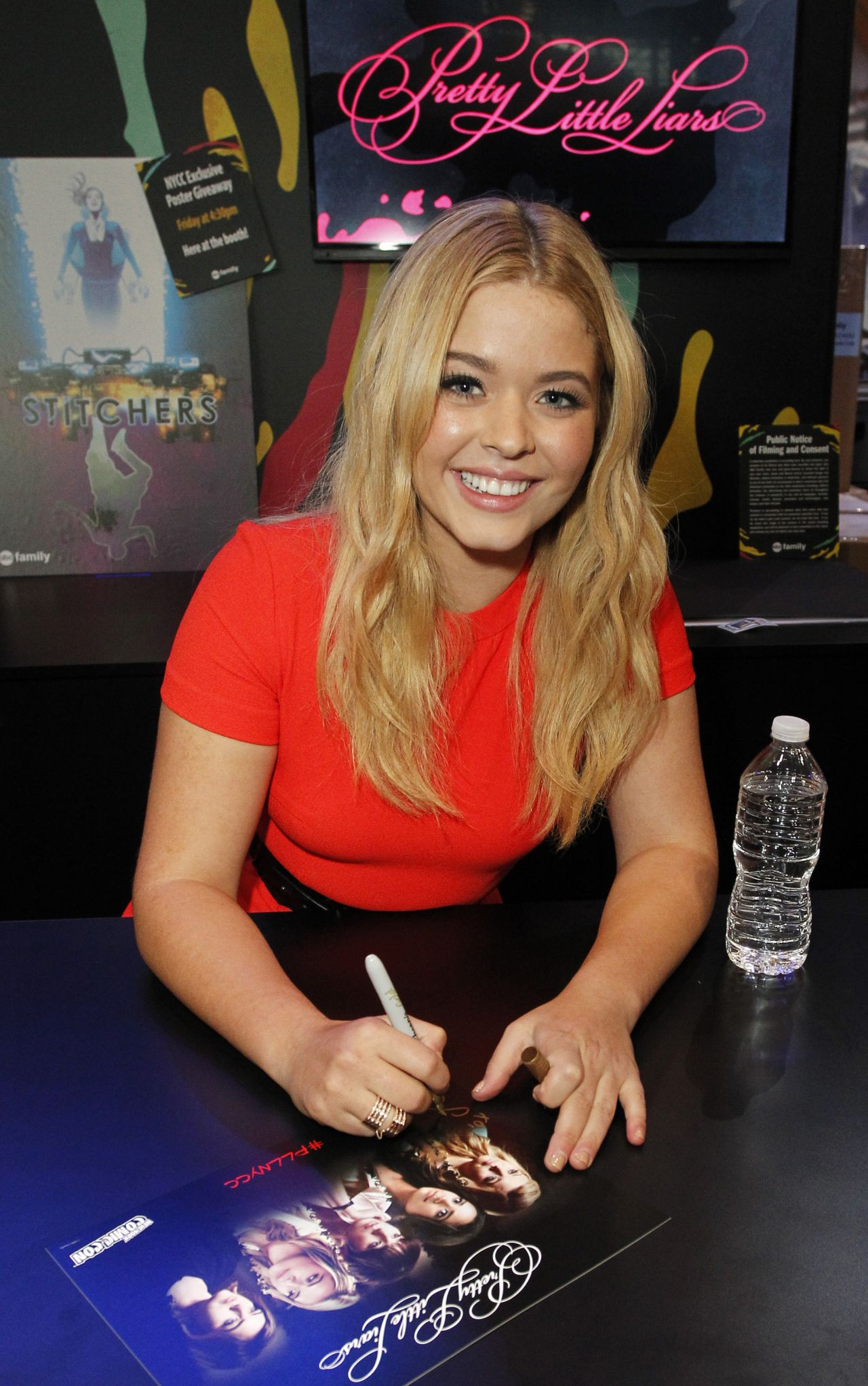 ¿Cuánto mide Sasha Pieterse? - Real height Sasha-pieterse-pretty-little-liars-panel-and-signing-at-new-york-comic-con-2015_3