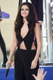 Selena Gomez Performs at