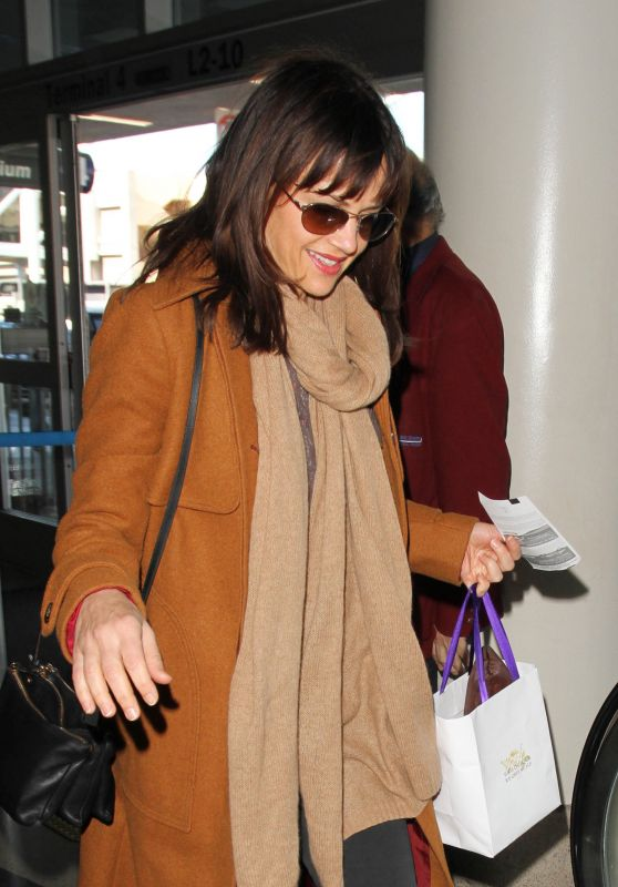 Carla Gugino - Los Angeles International Airport, November 2015