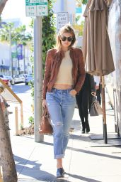 Gigi Hadid - Taking a Stroll in Los Angeles, November 2015