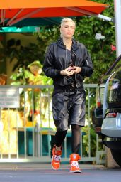 Gwen Stefani - Arriving at the Studio in Burbank, November 2015