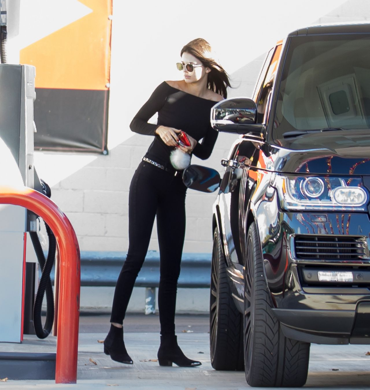 Kendall Jenner Wearing All Black Pumping Gas In Her Range Rover La November 2017