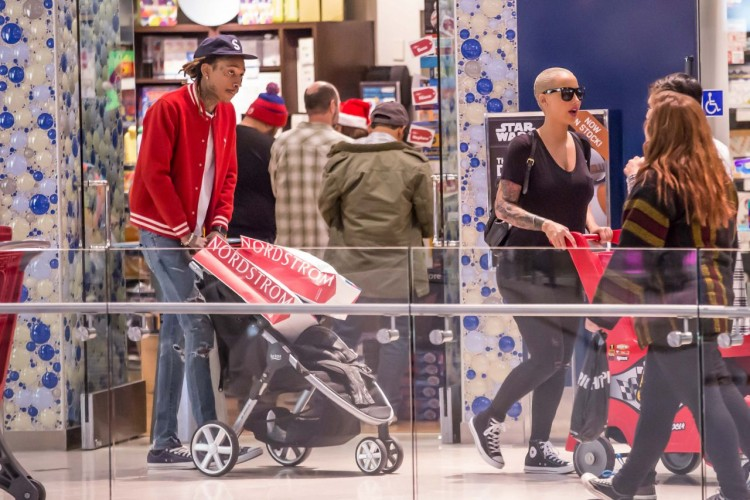 amber-rose-christmas-shopping-at-the-topanga-mall-in-los-angeles-december-2015-1
