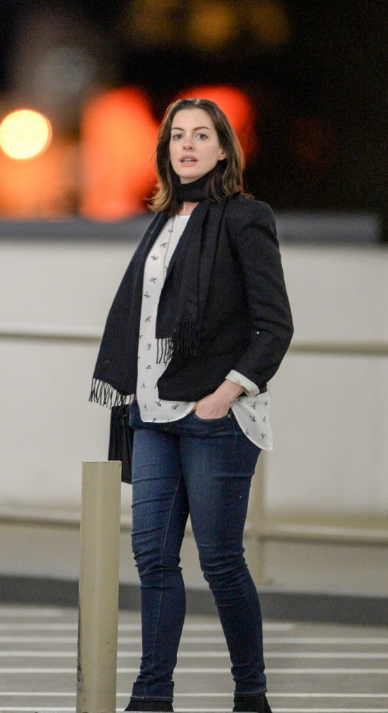 anne-hathaway-shows-off-her-baby-bump-out-to-dinner-with-adam-shulman-in-century-city-december-2015_8
