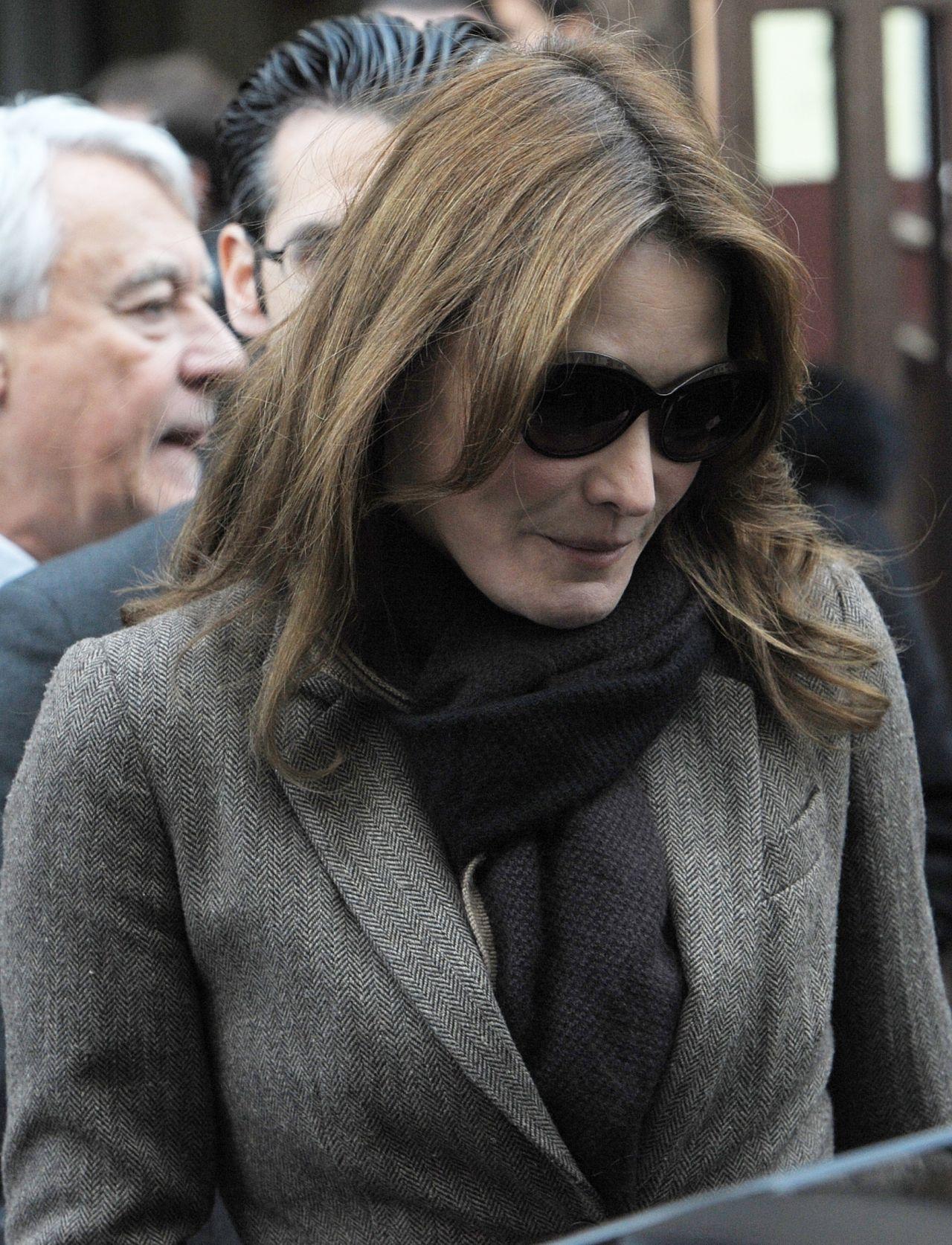 Carla bruni attends the regional voting in paris 12 6 2015 for Bruni arredamento