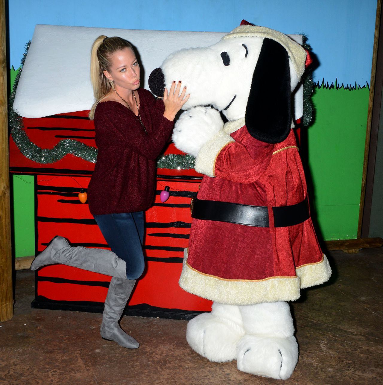 Kendra wilkinson knotts merry farm countdown to christmas kendra wilkinson knotts merry farm countdown to christmas tree lighting december 2015 aloadofball Image collections