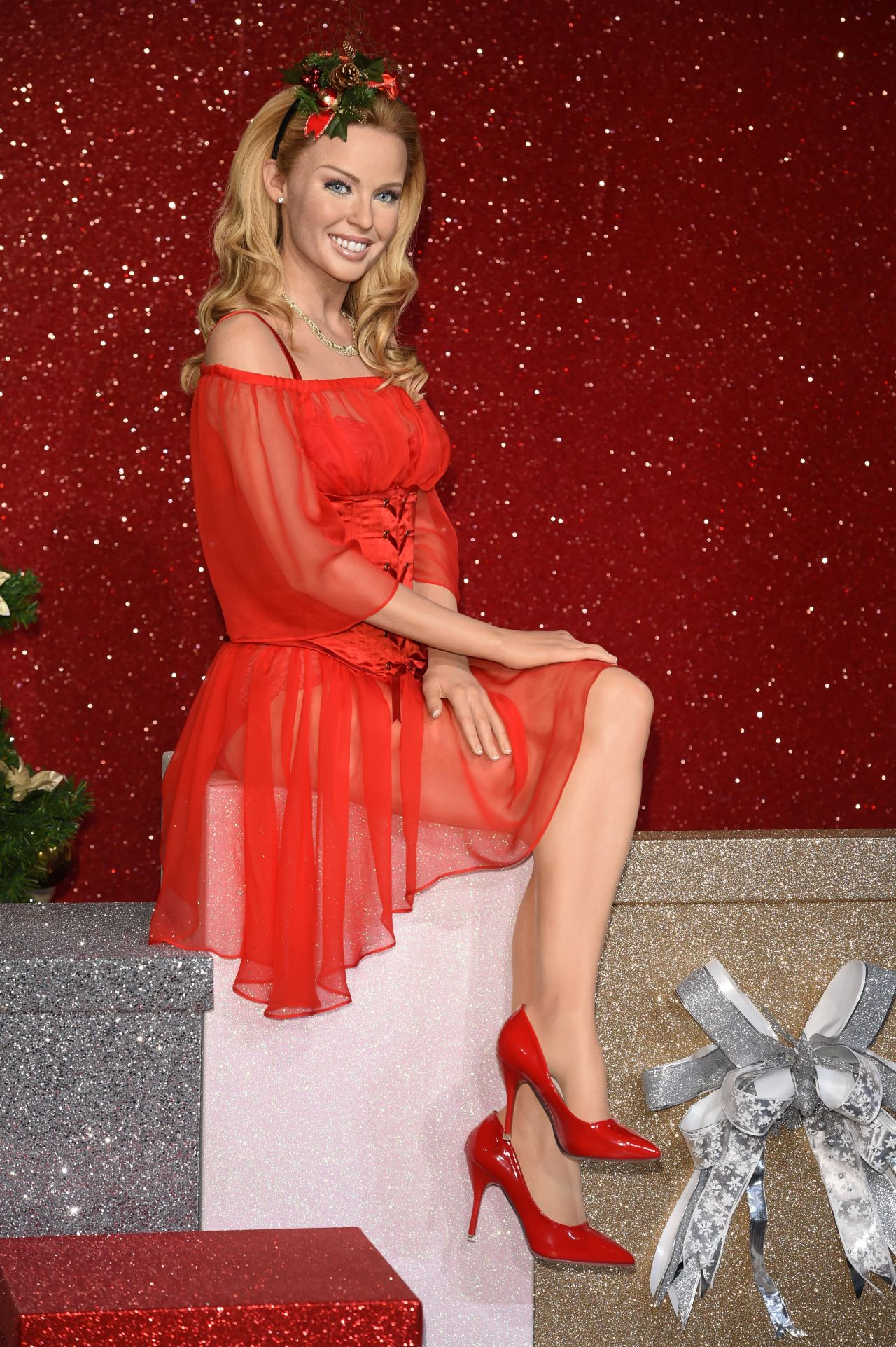 kylie-minogue-poses-with-her-wax-figure-