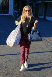 Reese Witherspoon Shopping at the Brentwood Country Mart, December 2015