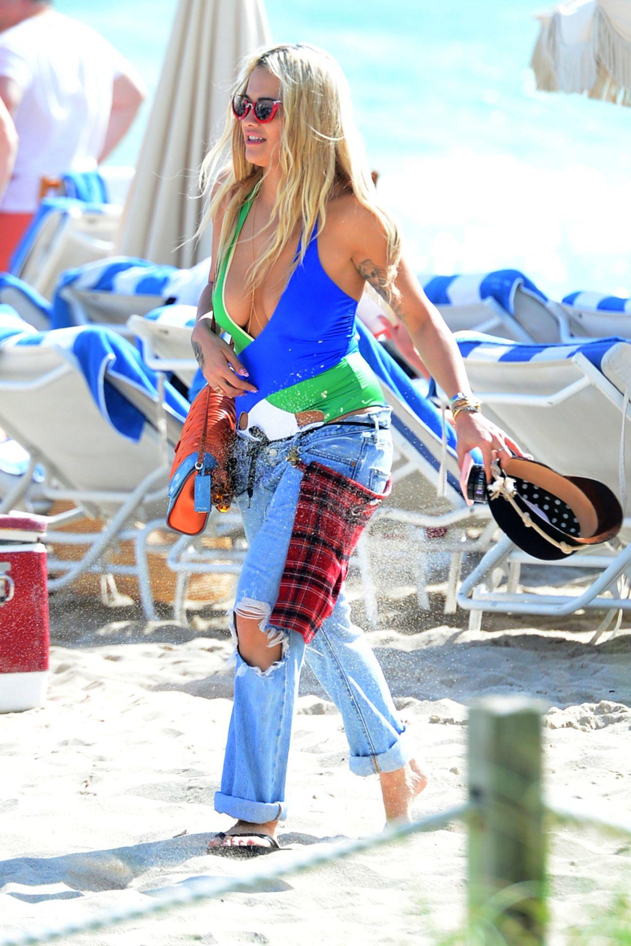 Rita Ora Hot In Swimsuit At A Beach In Miami 12 27 2015