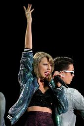 Taylor Swift Performs at The 1989 World Tour