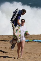 Anne Hathaway in Bikini - Spending Christmas and New Year in Hawaii 1/4/2016