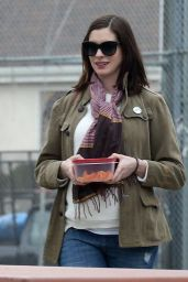 Anne Hathaway Street Style - at a Park in Los Angeles, January 2016