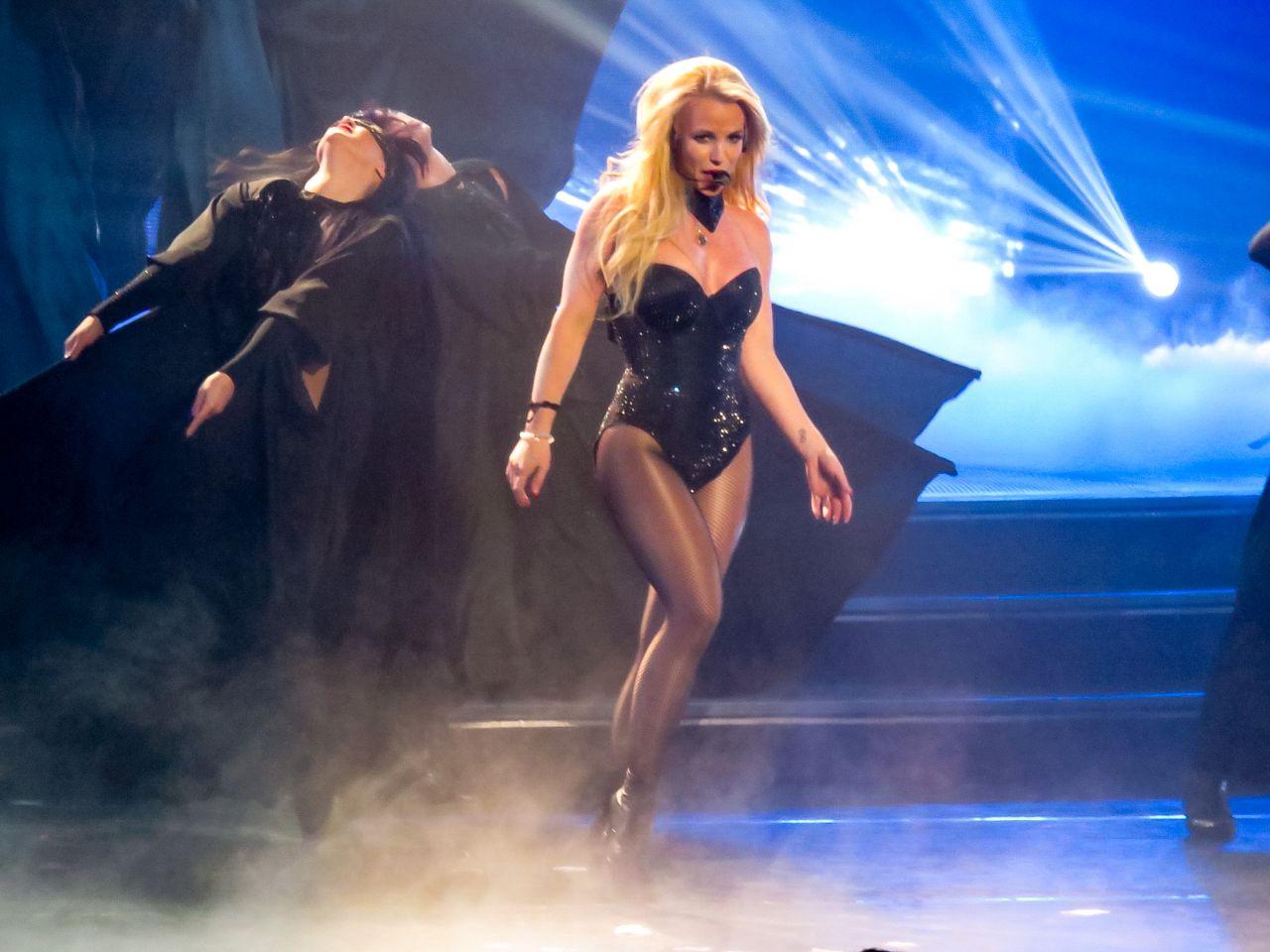 Britney Spears - Perfo...