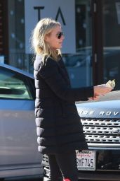 Gwyneth Paltrow - Gives Cash to a Man in Brentwood 12/29/2015