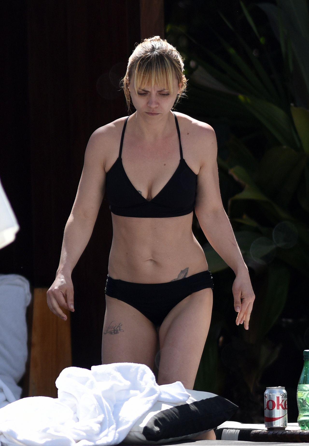 Christina Ricci in Black Bikini at a Pool in Miami, FL ... кристина риччи