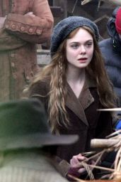 Elle Fanning - Set of