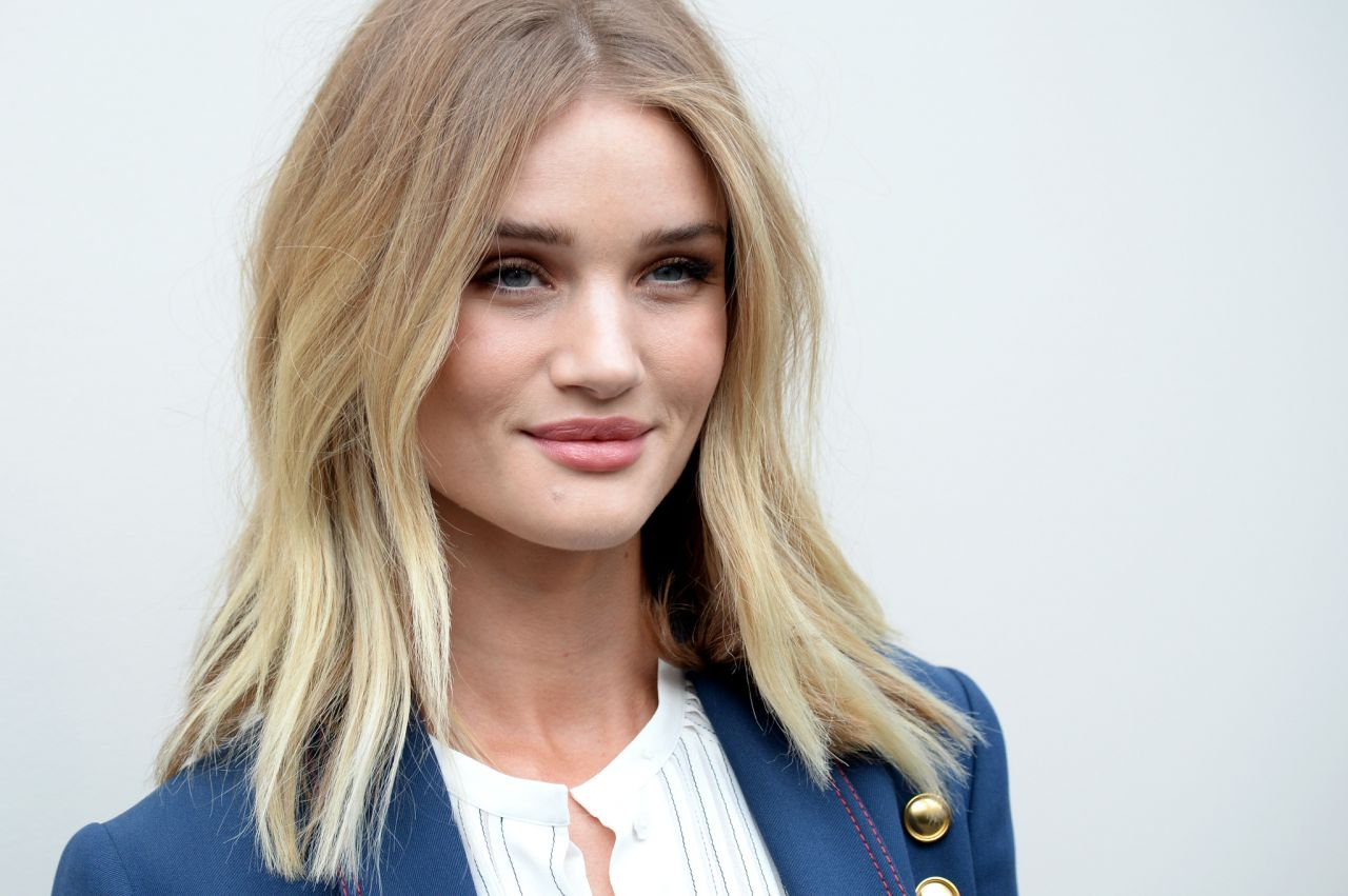 Rosie huntington whiteley burberry fashion show in for The huntington