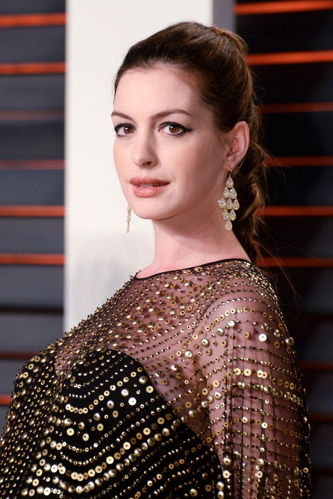 Anne Hathaway – 2016 Vanity Fair Oscar Party in Beverly ... Anne Hathaway