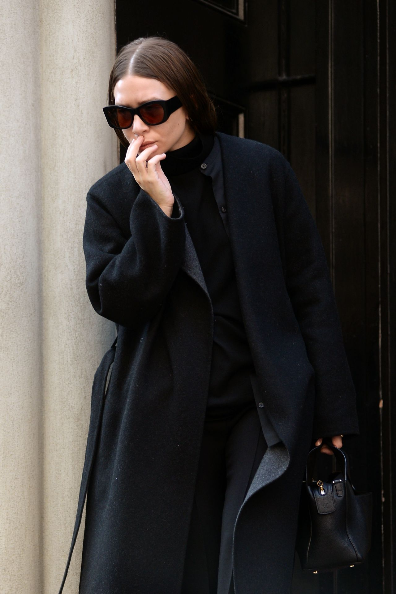 Olsen Leaving Her Apartment in New York 3/7/2016
