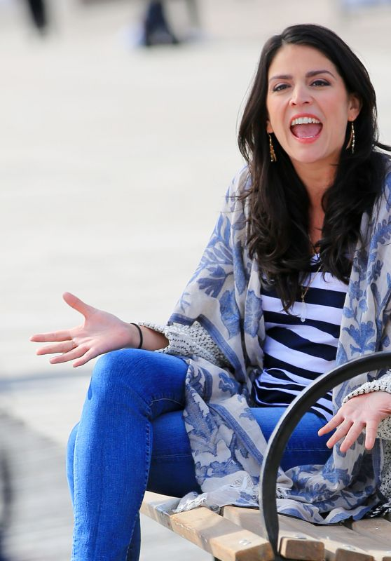 Cecily Strong - Sings From a Bench for a