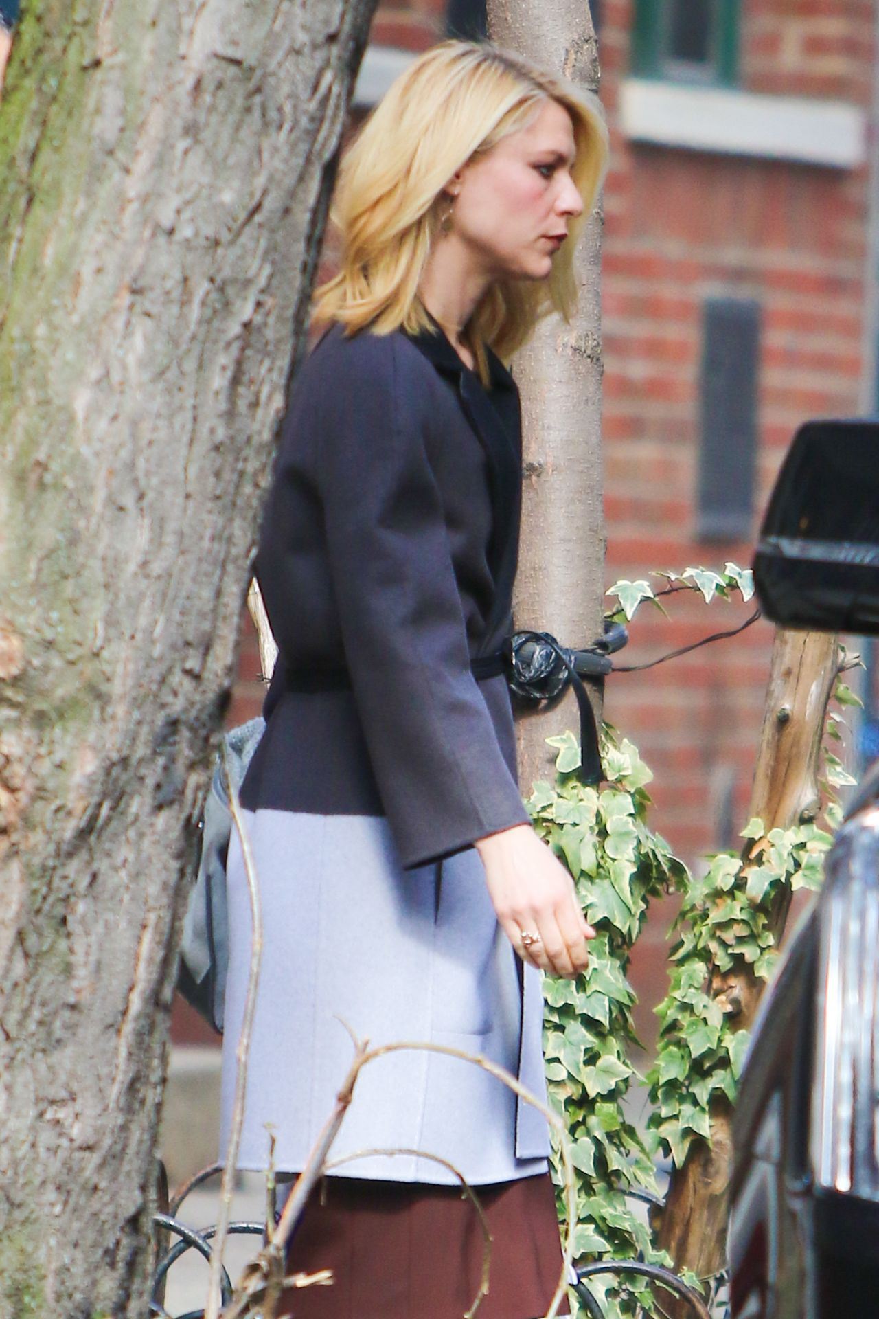 Claire Danes Heads Over To Jimmy Fallon From Her Nyc Apartment 3 28 2017