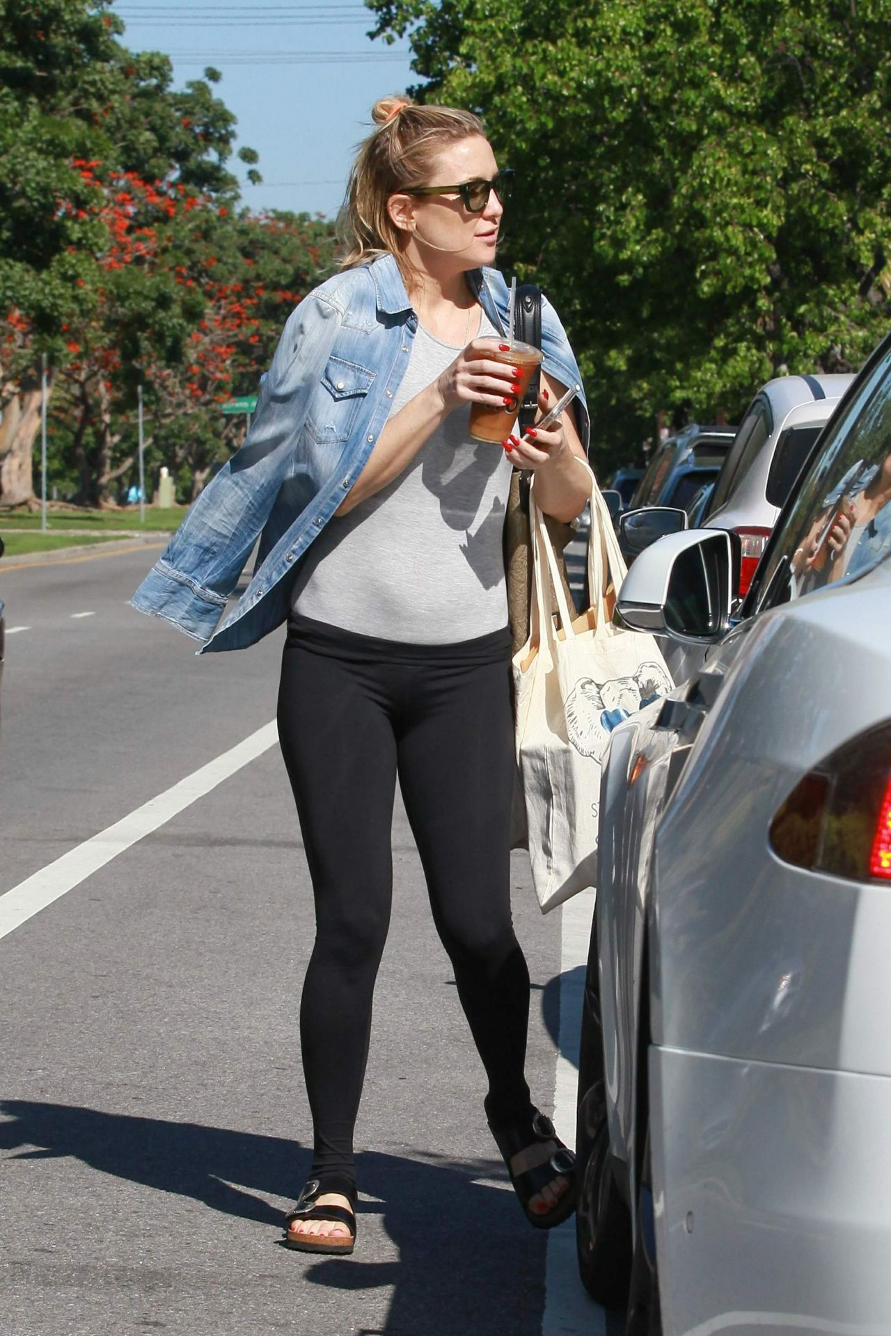 Kate Hudson Leaves A Yoga Session At The Brentwood 3 17 2016
