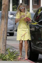 Reese Witherspoon Street Fashion - Shopping in Los Angeles, March 2016