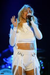 Ellie Goulding Performing at Coachella Valley Music and Arts Festival in Indio, April 2016