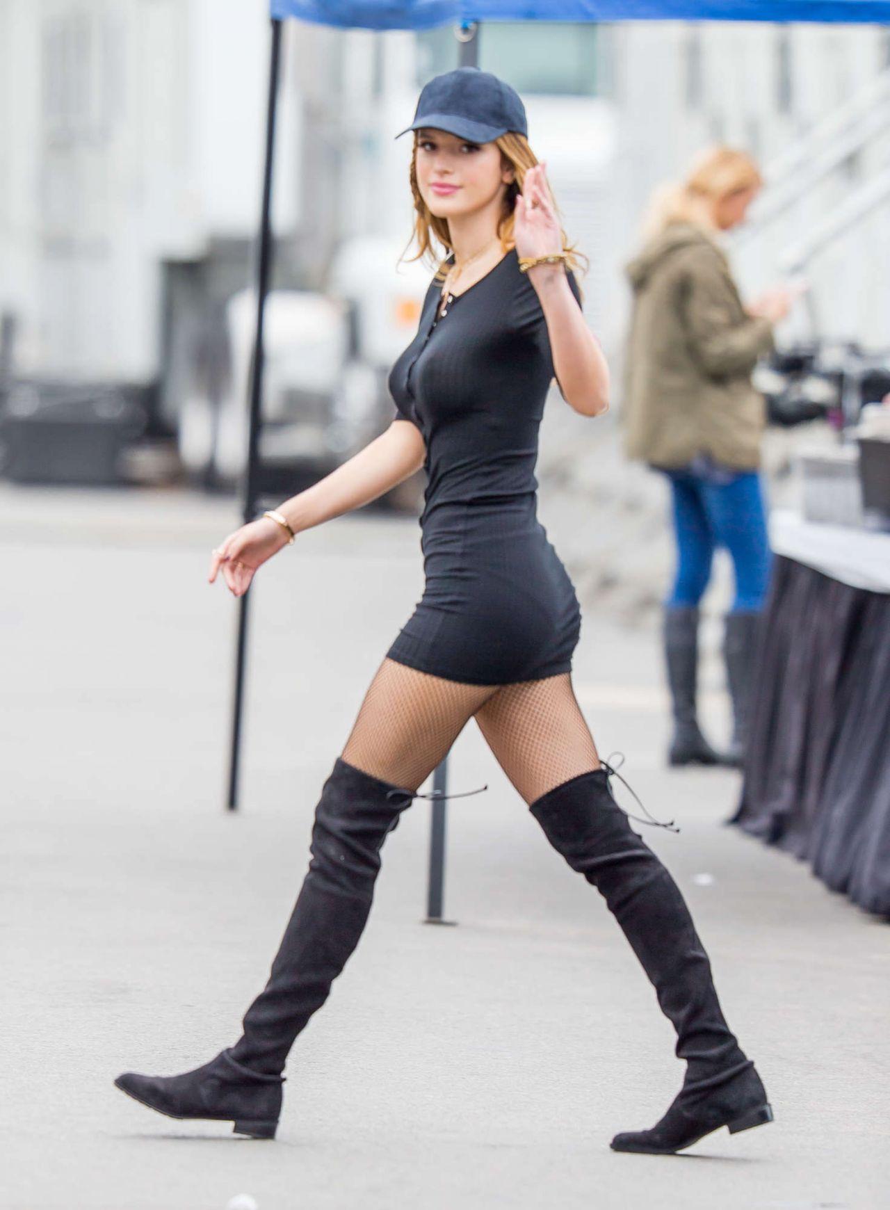 Bella Thorne hermosa en vestido negro