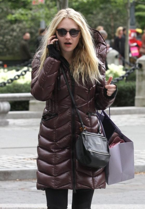 Dakota Fanning Casual Style - Shops In Manhattan, May 2016