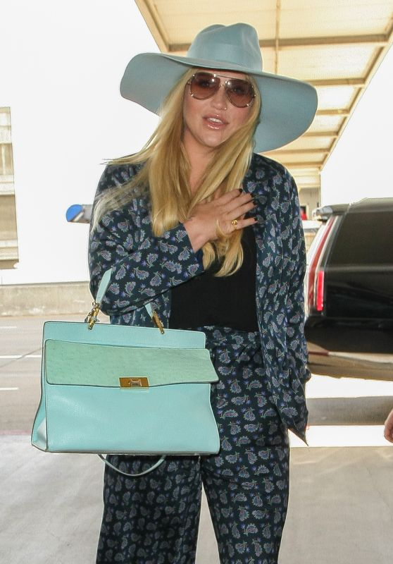 Kesha - Takes a Friday Night Flight at LAX AIrport in LA 5/20/2016
