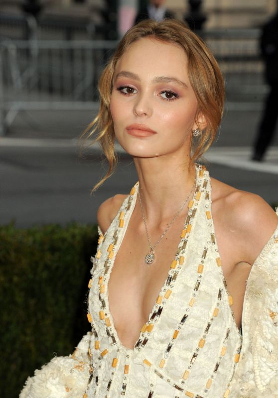 http://celebmafia.com/wp-content/uploads/2016/05/lily-rose-depp-met-costume-institute-gala-2016-in-new-york-1_thumbnail.jpg