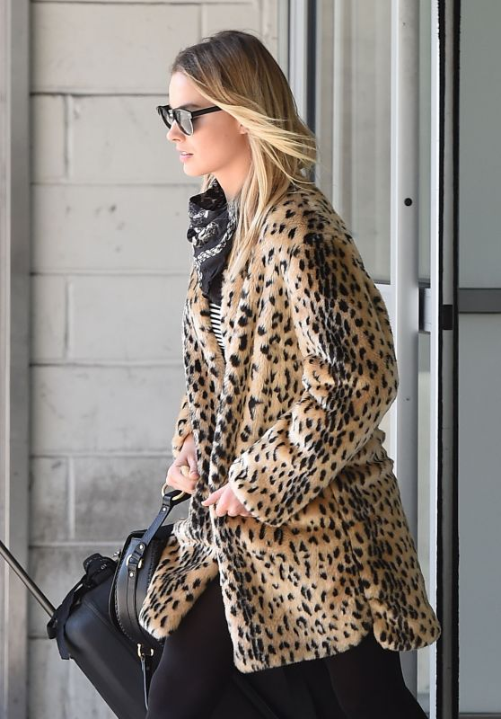 Margot Robbie Travel Outfit - at JFK Airport in NYC 4/30/2016