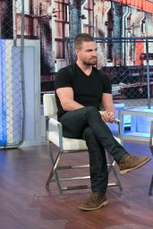 Megan Fox and Stephen Amell on Un Nuevo Dia 5/11/2016