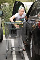 Miley Cyrus - Shopping in Los Angeles 5/9/2016