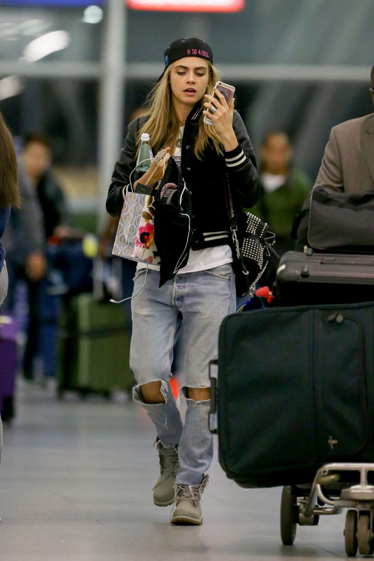 cara delevingne travel outfit at jfk airport in nyc 616