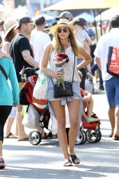 Elizabeth Olsen Street Style - Shopping at Farmer