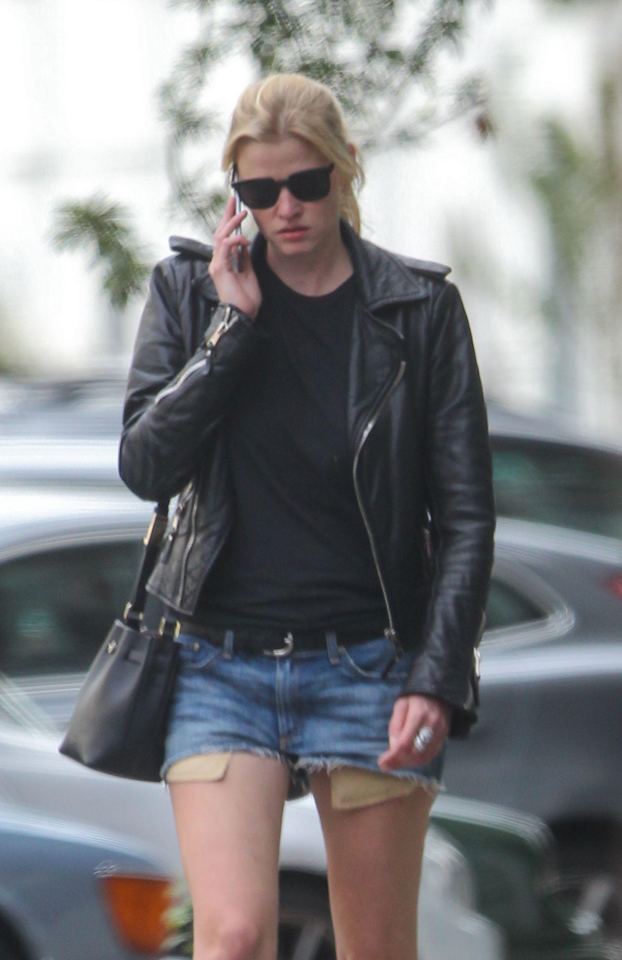 Lara Stone Urban Outfit Walking Near Her London Home 6
