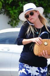 Reese Witherspoon Outfit Ideas - Out in Los Angeles 6/10/2016
