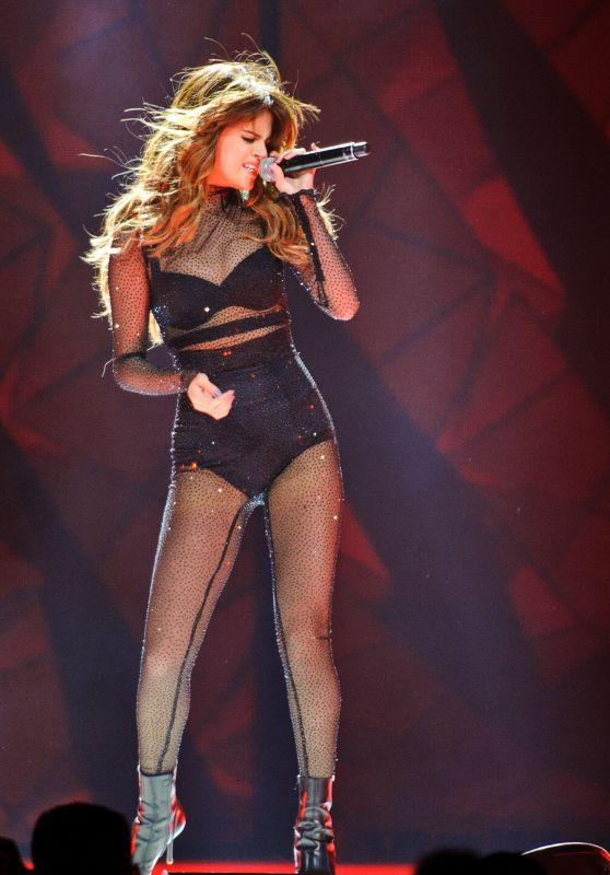 Selena Gomez - Performs During Her 'Revival Tour' at The United Center in Chicago 6/25/2016