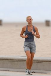 Claire Danes Jogging in Santa Monica, 07/06/2016