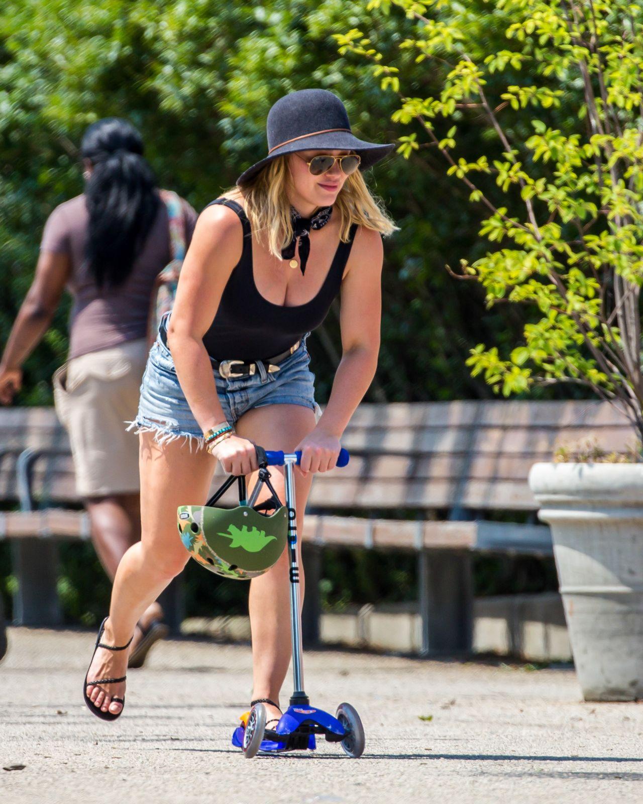 Hilary Duff At The Brooklyn Bridge Park Nyc July 2016