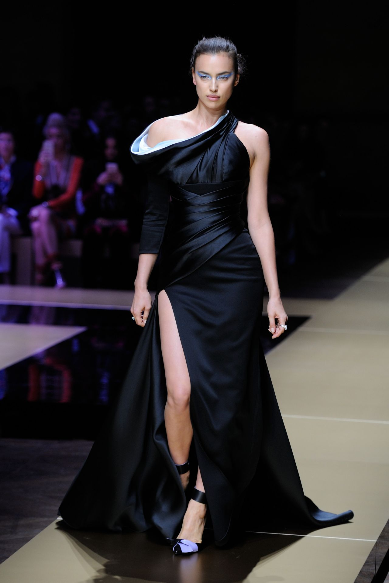 irina shayk walks the runway versace spring summer 2017 at paris fashion week 7 3 2016. Black Bedroom Furniture Sets. Home Design Ideas
