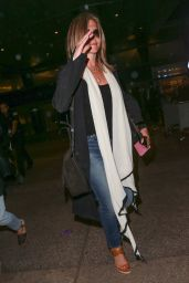 Jennifer Aniston Travel Outfit - LAX Airport i 7/25/2016
